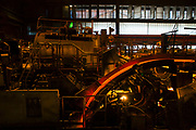 Kupferhütte bei Aurubis in Hamburg: Kupferdraht (Giesswalzdraht) Herstellung - von der Kathode durch den Kathodeschachtofen und Warmhalteofen in die Walzgerüste und Beize, bis zum Coil.<br /> <br /> <br /> Aurubis ist nicht nur die grösste Kupferhütte Europas, sondern auch eine der modernsten und umweltfreundlichsten Kupferhütten der Welt.
