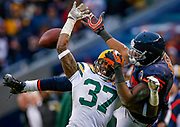 Green Bay Packers' Sam Shields (L) and Chicago Bears' Alshon Jeffery battle for the ball during the second half of their NFL football game at Soldier Field in Chicago, December 16, 2012. REUTERS/Jim Young  (UNITED STATES)