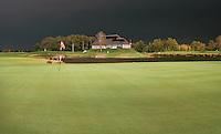 EVERTSOORD-SEVENUM - Dreigend onweer boven De Peelse Golf.