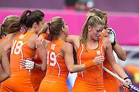 LONDEN - Vreugde bij Nederland nadat Ellen Hoog (m) heeft gescoord, zaterdag tijdens de Olympische hockeywedstrijd tussen de vrouwen van  Nederland en Zuid-Korea. rechts Sophie Polkanp.  ANP KOEN SUYK