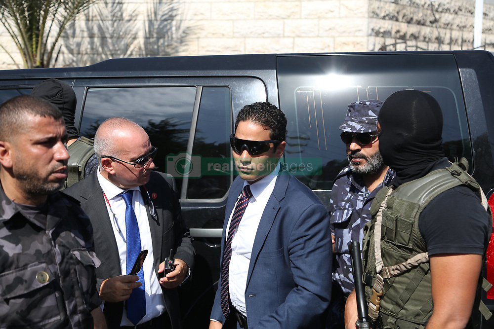 October 3, 2017 - Gaza, gaza strip, Palestine - A Palestinian member of Hamas security forces and an Egyptian security officer gesture as they stand guard outside the Palestinian cabinet headquarters in Gaza City, October 3, 2017. (Credit Image: © Majdi Fathi/NurPhoto via ZUMA Press)