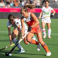 ANTWERPEN -  Xan de Waard (Ned) in duel met Alejandra Torres-Quevedo (Esp)  de  hockeywedstrijd  dames, Nederland-Spanje (1-1),   bij het Europees kampioenschap hockey.   COPYRIGHT KOEN SUYK