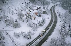 THEMENBILD - ein Schneepflug der Strassenmeisterei räumt die mit Schnee bedeckte Fahrbahn, aufgenommen am 13. November 2019 am Pass Thurn, Oesterreich // a snow plough from the road maintenance clears the snow covered road at the Pass Thurn, Austria on 2019/11/13. EXPA Pictures © 2019, PhotoCredit: EXPA/ JFK