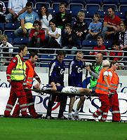 Fotball Tippeliga<br /> Viking Stadion 17/09-06<br /> Viking - Stabæk<br /> Foto: Sigbjørn Andreas Hofmso, Digitalsport<br /> <br /> Øvind Svenning bæres av banen
