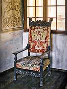 Jeden z foteli eksponowanych w komnatach