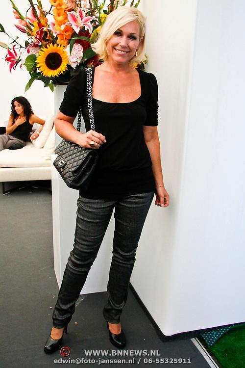 NLD/Amsterdam/20100716 - Inloop modeshow Monique de Collignon bij de AIF, Tanja Jess