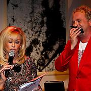 """NLD/Hilversum/20100409 - Boekpresentatie Gordon Heuckeroth """" de Liefde """", Conny breukhoven reikt het boek uit en scheurt pagina's eruit"""