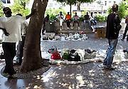 Griekenland, Athene, 5-7-2008Immigranten uit Afrika met hun handel op een plein bij de Plaka.Foto: Flip Franssen