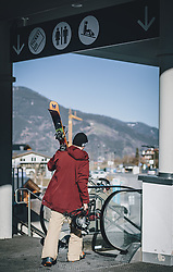 15.03.2020, Kaprun, AUT, Coronavirus in Österreich, im Bild ein Skifahrer beim verlassen des Skigebietes // Skiers leaving the ski Resort. The Austrian government is pursuing aggressive measures in an effort to slow the ongoing spread of the coronavirus, Kaprun, Austria on 2020/03/15. EXPA Pictures © 2020, PhotoCredit: EXPA/ JFK