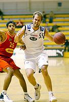 Basketball<br /> BLNO<br /> 23.11.2003<br /> Bærums Verk jets v Kristiansand Pirates<br /> Fredrik Knutsen - Pirates<br /> David Baldwin - Jets<br /> Foto: Morten Olsen, Digitalsport
