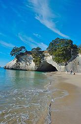 Os turistas que visitam as praias na península de Coromandel tem uma parada obrigatória: Cathedral Cove. As rochas esculpidas pelo tempo formaram uma caverna em que e possível passar de um lado para o outro da praia. FOTO: Lucas Uebel/Preview.com