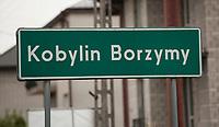 10.05.2015 Kobylin - Borzymy woj podlaskie Wybory prezydenckie . W wyborach prezydenckich w 2010 roku na kandydata PiS Jaroslawa Kaczynskiego w I turze glosowalo tu 86% uprawnionych , w II turze zdobyl 92% glosow , najwiecej w kraju n/z szyld Kobylin-Borzymy fot Michal Kosc / AGENCJA WSCHOD