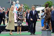 Koning Willem Alexander en Koningin Maxima op provinciebezoek in Gelderland .<br /> <br /> King Willem Alexander and Queen Maxima visit the province of  Gelderland<br /> <br /> Op de foto:  <br /> <br />   Koning Willem Alexander en Koningin Maxima brengen een bezoek aan Arnhem. op de Markt is o.a. een demonstratie van het Airborne Museum , spoters van Papendal en levende staandbeelden te zien<br /> <br /> King Willem Alexander and Maxima Queen visit Arnhem. on the market is such a demonstration of the Airborne Museum, see spoters of Papendal and living alone images