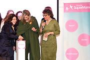 Koningin Máxima is aanwezig bij de bijeenkomst van Stichting Single SuperMom. Daar gaf ze, ter gelegenheid van Internationale Vrouwendag, het startsein voor trainingen waarmee alleenstaande moeders hun zelfredzaamheid en economische positie kunnen vergroten. <br /> <br /> Queen Máxima attends the meeting of Single SuperMom Foundation. There she gave on the occasion of International Women's Day, launched training that single mothers can increase their self-sufficiency and economic position.<br /> <br /> Op de foto / On the photo:  het startsein / Start