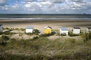 Nederland, Zeeland, Groede, 10-9-2019 Op het zeeuws vlaamse strand . Badhuisjes tegen de duinrand op het strand .Foto: Flip Franssen