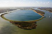 Nederland, Zuid-Holland, Spijkenisse, 04-03-2008; spaarbekken Berenplaat (ten oosten van de 'woonkern' Beerenplaat), 'productielokatie' voor drinkwater van drinkwaterbedrijf Evides (voorheen Waterbedrijf Europoort), water wordt via pijpleidingen uit de Biesbosch naar het spaarbekken getransporteerd, waarna het proces van drinkwaterzuivering volgt (de installatie boven in beeld); links het water van het / de Spui, rechts de Oude Maas. .luchtfoto (toeslag); aerial photo (additional fee required); .foto Siebe Swart / photo Siebe Swart