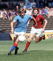 Fotball<br /> England <br /> Foto: Colorsport/Digitalsport<br /> NORWAY ONLY<br /> <br /> Colin Bell (Man City) and Leighton James (Burnley). Manchester City v Burnley. FA Charity Shield 1973/74.