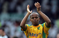 Photo: Paul Thomas.<br /> Leeds United v Norwich City. Coca Cola Championship.<br /> 05/08/2006.<br /> <br /> Robert Earnshaw of Norwich thanks their fans after loosing.