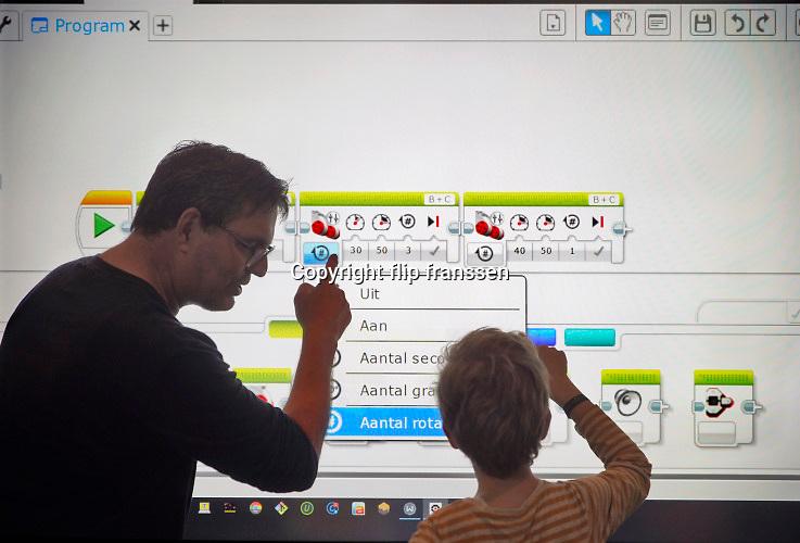 Nederland, Nijmegen, 28-9-2019Open dag voor kinderen en hun ouders in het Technovium. De school, MBO voor techniek . Een robot programmeren met software van lego.Foto: Flip Franssen