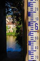 France, Indre (36), Argenton-sur-Creuse, echelle de crue // France, Indre (36), Argenton-sur-Creuse, old mill on the river bank Creuse, scale of rising