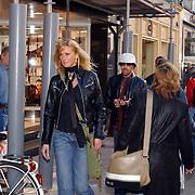 Lionel Richie winkelend in Dolce & Gabanna winkel PC Hoofdstraat Amsterdam met blonde vriendin Kathy ten Boer