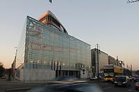 """15 JAN 2002, BERLIN/GERMANY:<br /> Bundesgeschaeftsstelle der CDU, Konrad-Adenauer-Haus, mit dem grossflaechig ueber die gesammte Gebaeudefassade angebrachten Frage """"Wie viele Arbeitslose noch, Herr Schroeder?""""<br /> IMAGE: 20020115-03-006<br /> KEYWORDS: Gebäude, Haus, Bundesgeschäftsstelle, Werbung, promotion, Plakat, bill"""