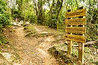 Sinalização na trilha da Costa da Lagoa. Florianópolis, Santa Catarina, Brazil. / Signage at Costa da Lagoa trail. Florianopolis, Santa Catarina, Brazil.