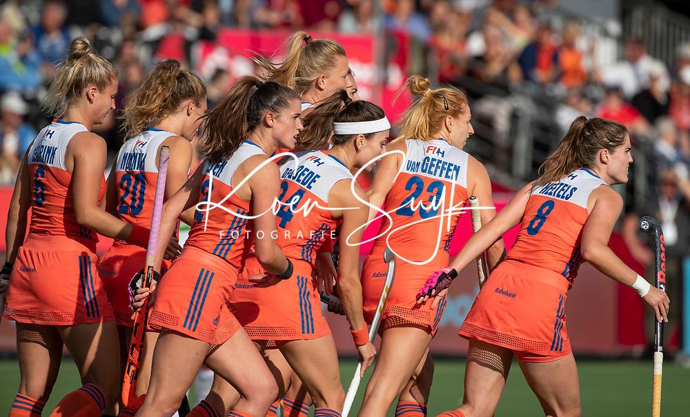ANTWERPEN - Oranje loopt terug nadat Caia Van Maasakker (Ned) heeft gescoord  tijdens  hockeywedstrijd  dames,Nederland-Spanje (1-1),   bij het Europees kampioenschap hockey.    ANP  KOEN SUYK