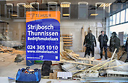 Nederland, Nijmegen, 8-2-2012Een makelaar ontvangt een potentiele huurder van een winkelruimte in de binnenstad.Foto: Flip Franssen/Hollandse Hoogte