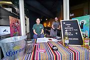Nederland, Nijmegen, 25-4-2020  Verschillende horeca gelegenheden hebben een afhaalloket ingericht . Hier kun je een flesje corona bier of een maaltijd die online besteld is ophalen . Loket, afhalen, counter,schot,afscheiding,reastaurant, maaltijd .Foto: Flip Franssen