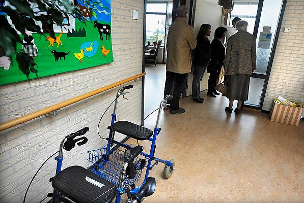 Nederland, Bemmel, 15-3-2008..Bezoekers van de open dag van verzorgingshuis de Bongerd krijgen een rondleiding...Foto: Flip Franssen