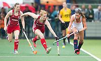 AMSTERDAM - Hockey - Nicola White (GB) met Lidewij Welten (Neth) . Interland tussen de vrouwen van Nederland en Groot-Brittannië, in de Rabo Super Serie 2016 .  COPYRIGHT KOEN SUYK