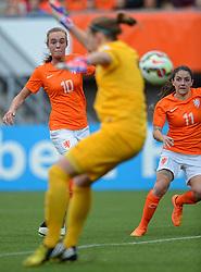 20-05-2015 NED: Nederland - Estland vrouwen, Rotterdam<br /> Oefeninterland Nederlands vrouwenelftal tegen Estland. Dit is een 'uitzwaaiwedstrijd'; het is de laatste wedstrijd die de Nederlandse vrouwen spelen in Nederland, voorafgaand aan het WK damesvoetbal 2015 / Jill Roord #10, Daniëlle van de Donk #11