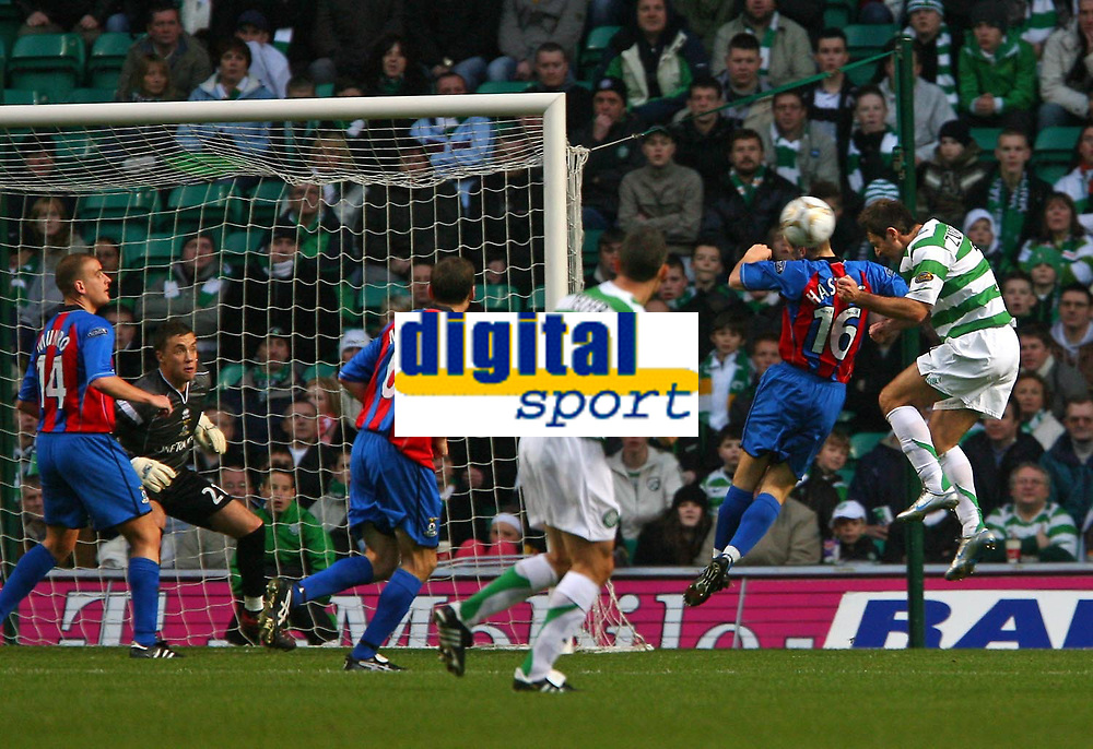 Photo: Andrew Unwin.<br />Glasgow Celtic v Inverness Caledonian Thistle. Bank of Scotland Scottish Premier League. 18/11/2006.<br />Celtic's Maciej Zurawski (R) fires in a header that leads to his team's first goal.