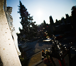 09.10.2010, Friedhof, Wiener Neustadt, AUT, Panorama, Freidhoffeature Allerheiligen Allerseelenfeature Halloweenfeature, im Bild Jesus am Kreuz Laterne und Spinnennetz, EXPA Pictures 2010, PhotoCredit: EXPA/ S. Trimmel