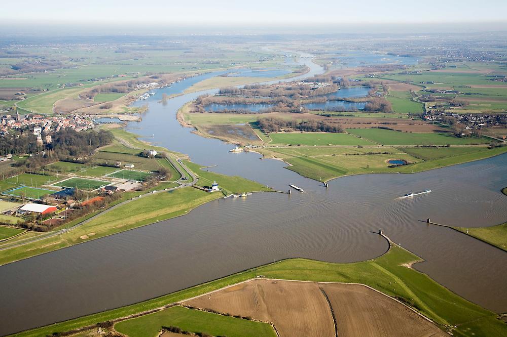 Nederland, Utrecht, Wijk bij Duurstede, 11-02-2008; kruising van het Amsterdam Rijnkanaal (diagonaal) met de rivier de Rijn; de Rijn heeft hier ter plaatse twee andere namen: Nederrijn (naar boven toe), en na de kruising, rechtsonder Lek; de ronde vormen in het water zijn zwaaikommen en kunnen gebruikt worden door binnenvaartschepen om te keren; op de hoek van het kruispunt het ronde gebouwtje van de verkeerspost van Rijkswaterstaat die alle scheeps-bewegingen volgt, onder meer door middel van radar; Amsterdam Rijnkanaal;..luchtfoto (toeslag); aerial photo (additional fee required); .foto Siebe Swart / photo Siebe Swart