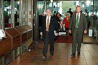 28.09.1998, Germany/Bonn:<br /> Johannes Rau, SPD, Ministerpräsident a.D., auf dem Weg zur ersten Sitzung des SPD Parteivorstandes nach der Bundestagswahl 1998, Erich-Ollenhauer-Haus<br /> IMAGE: 19980928-01/02-14