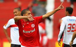 Taison comemora seu gol na partida entre as equipes do Internacional e Flamengo, realizada no Estádio Beira Rio, em Porto Alegre, válido pelo Campeonato Brasileiro 2010. FOTO: Jefferson Bernardes/Preview.com