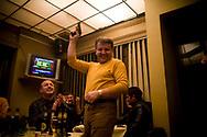 Prishtina. 16022008. Scène de joie dans un restaurant entre Albanais, la veille de l'indépendance. Le pistolet est chargé à blanc.