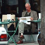 Wik Jongsma winkelend en op een terrasje Beethovenstraat Amsterdam