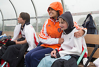 ABCOUDE - VOLVO JUNIOR CUP hockey . Macey de Ruiter warmt een speler van Abcoude een beetje op. Abcoude C1 , en Heerhugowaard.   strijden in Abcoude om de cup. Heerhugowaard wint met 3-1. De teams werden gesteund door spelers van Jong Oranje. COPYRIGHT KOEN SUYK