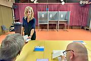 Nederland, Oss, 23-5-2019SP fractieleider Lilian Marijnissen brengt haar stem uit voor de europese verkeizingen  in basisschool de Korenaer.Foto: Flip Franssen