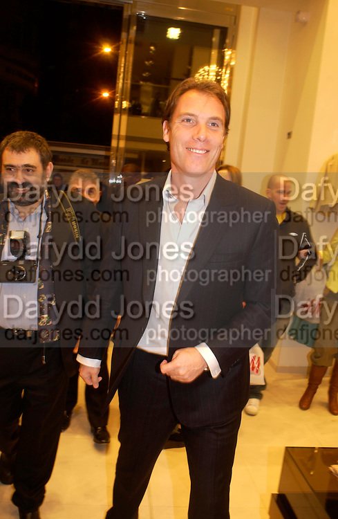 Damian Aspinall. H&M Flagship Store launch. at 17-21 Brompton Road, Knightsbridge. London. SW1. 23  March 2005. ONE TIME USE ONLY - DO NOT ARCHIVE  © Copyright Photograph by Dafydd Jones 66 Stockwell Park Rd. London SW9 0DA Tel 020 7733 0108 www.dafjones.com