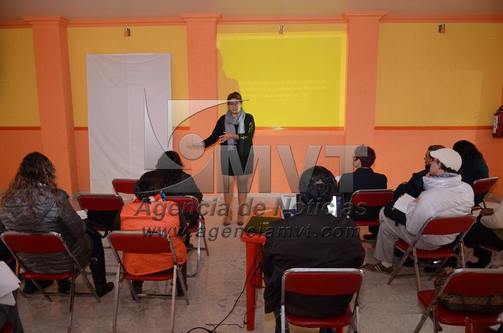 """Toluca, México.- Hatziri Recillas, conferencista, durante el seminario """"sustentabilidad financiera a Organizaciones Civiles"""" impartido por la red exposocial A.C. Agencia MVT / Arturo Hernández."""