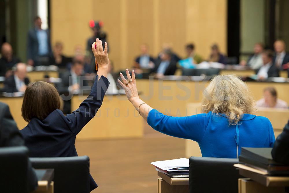 DEU, Deutschland, Germany, Berlin, 21.09.2018: Zwei Politikerinnen bei einer Abstimmung während einer Sitzung im Bundesrat.