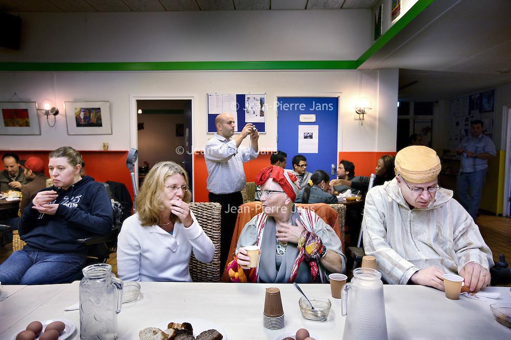 Nederland, Amsterdam , 10 september 2010..Suikerfeest voor Pakistan in Buurthuis de Meevaart in de Balistraat..Multiculturele vereniging voor vriendschap in Nederland Assadaaka..rechts zit Ahmed El Mesri..Integration celebrating Eid ul Fitr in Amsterdam.