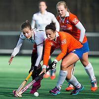 Bloemendaal - Hockey - Jayde Taylor (r) van Bl'daal met Jolijn Donkers van MOP  tijdens de oefenwedstrijd tussen de vrouwen van Bloemendaal en MOP. COPYRIGHT KOEN SUYK