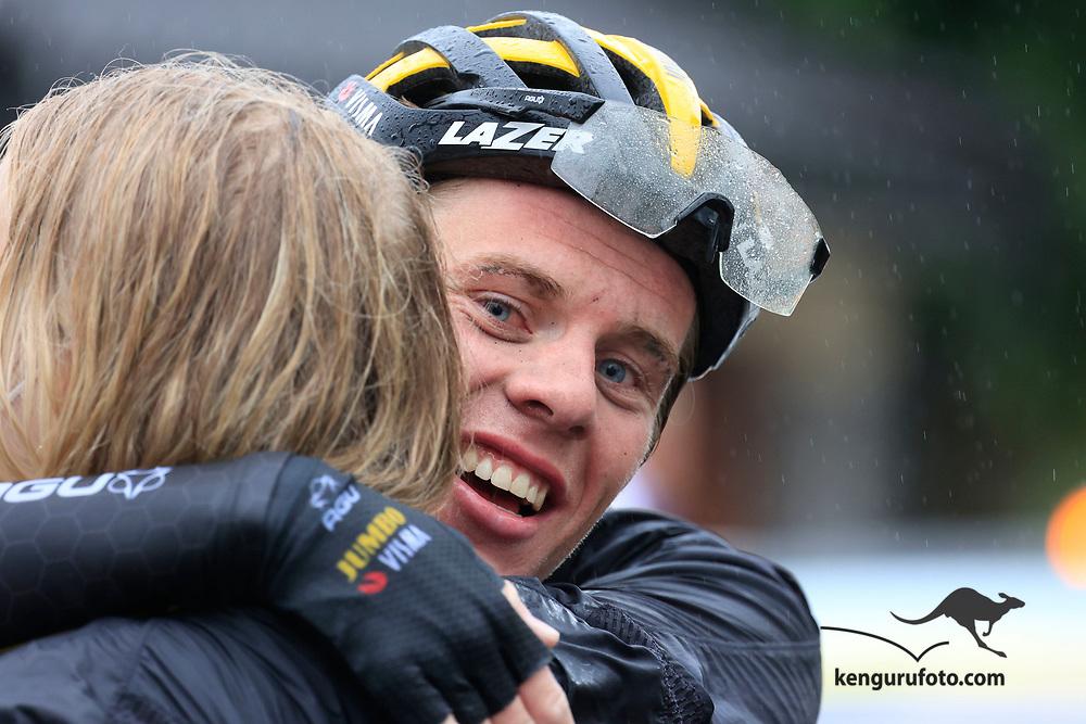 Tobias Svendsen Foss vant herrenes elite klasse under NM på sykkel 2021 i Kristiansand. Her lagkompis Johannes Staune-Mittet etter rittet.
