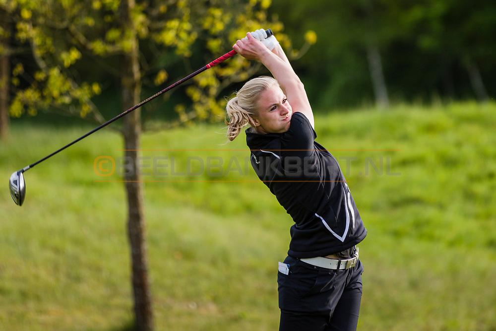 17-05-2015 NGF Competitie 2015, Hoofdklasse Heren - Dames Standaard - Finale, Golfsocieteit De Lage Vuursche, Den Dolder, Nederland. 17 mei. Dames Noordwijkse: Sophie van Wijngaarden tijdens de singles.