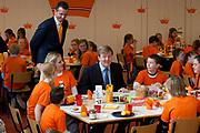 Prins Willem-Alexander en Prinses Maxima zijn op de basisscholen De Triangel en Het Palet om met een fluitsignaal de Koningsspelen te openen. Ruim 1,3 miljoen kinderen van 65.000 scholen doen mee aan deze sportdag, een cadeau van alle schoolkinderen in Nederland aan het aanstaande koningspaar. <br /> <br /> Prince Willem-Alexander and Princess Maxima are on the primary school the Triangle and Palette With a whistle they will open the games. More than 1.3 million children from 65,000 schools participate in these sports day, a gift of all schoolchildren in the Netherlands to the future King and Queen.<br /> <br /> Op de foto / On the photo:  Prins Willem Alexander neemt deel aan het Koningsontbijt<br /> <br /> Prince Willem Alexander participates in the Kingbreakfast